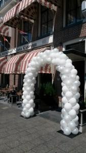 in4more-ballonnenboog-bruiloft-wit-parelmoer-anna-casparii-harlingen-voordeelpakket-huren