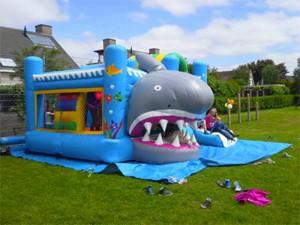 springkussen-haai-spelende-glijdende-kinderen