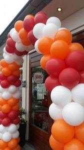 ballonnenboog-rood-wit-oranje-voor-cafetaria-de-kombuis