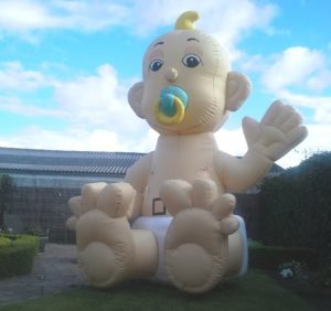 grote-opblaasbare-geboorte-baby-speen-mond-zwaaiende-hand