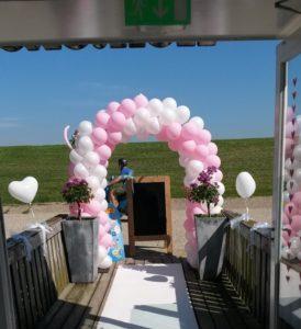 in4more-ballonnneboog-bruiloft-roze-parelmoer-wit-zilt-harlingen-verhuur