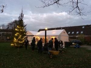 professionele-feesttenten-gezelligheid-mensen-byniastate-kerstboom-verlichting