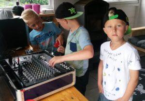 kinderen-geluidsinstallatie-gebruiken-tijdens-feestje