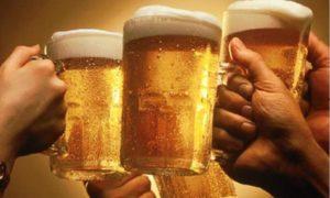 -hand-die-grote-pul-bier-vast-houdt